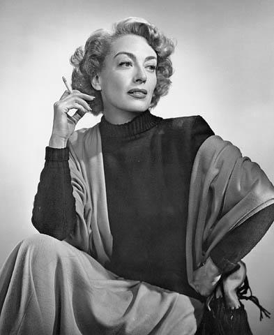 Photo noir et blanc d'une femme tenant une cigarette.