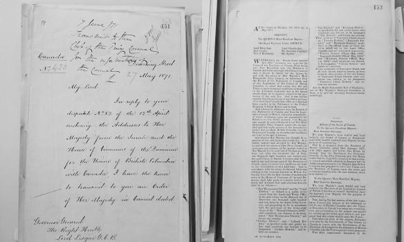 Une page manuscrite avec de l'écriture à l'encre noire et une page dactylographiée sur deux longues colonnes.