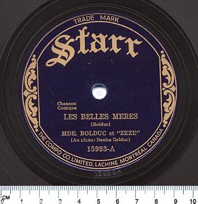 Photo couleur de l'étiquette de la chanson Les belles-mères, avec un lettrage doré sur un disque bleu marin.