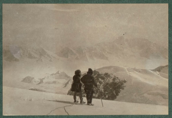 Photo de deux personnes côte à côte faisant dos à la caméra.